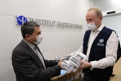 The director of Pasteur Institute of Iran, Dr. Alireza Biglari (left) received the new COVID-19 test kits from the WHO representative in the I.R. Iran, Dr. Christoph Hamelmann (right).