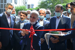 Finance and Economic Affairs Minister Farhad Dejpasand cutting the ribbon to inaugurate the business single-window system at the place of TCCIMA on Saturday.