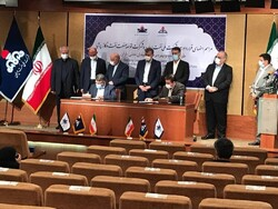 Managing Director of Persia Oil and Gas Industry Development Company Seyed Jafar Hejazi (L) and NIOC Deputy Director for Development and Engineering Affairs Reza Dehqan sign a deal for developing Yaran Oil Field in Tehran on Saturday.