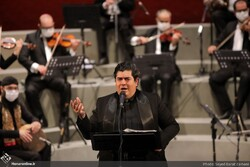 Photo: Vocalist Salar Aqili performs an online concert at Tehran's Vahdat Hall on July 24, 2020. (Honaronline/Seyyed Barat Zamani)