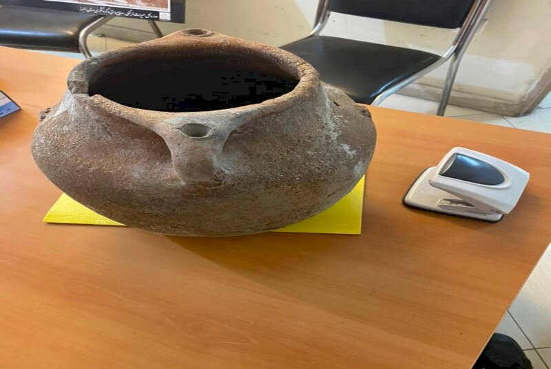 Bronze Age pottery jar discovered, seized in Alborz