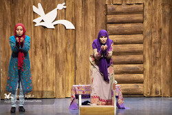 Sara Kasir (R), an experienced storyteller from Lebanon, gives a performance for Iranian children at the 22nd International Storytelling Festival in Tehran on December 18, 2019. (IIDCYA/Mahmud Rahimi)