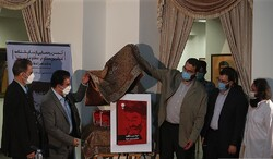 """Dramatic Arts Center director Qader Ashena (2nd L) and Art Bureau director Mohammad-Mehdi Dadman (3rd R) unveil a poster for the play """"The Loneliest Oppressed, the Most Oppressed Alone"""""""
