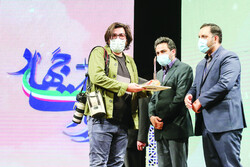 Top artworks on COVID-19 were honored during the closing ceremony of the Jihad Narration Art Festival at the Sureh Hall of the Art Bureau on Monday evening.