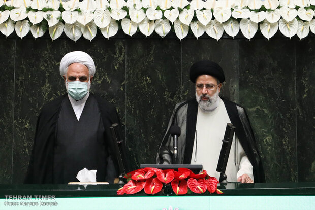 Raisi officially takes oath of office as Iran's president