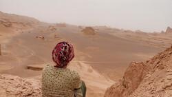 A traveler enjoys tranquil Iranian desert. (Photo credit: TasteIran / Amin Karimi)